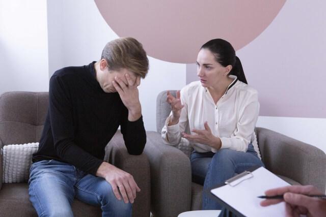 悩む夫と妻